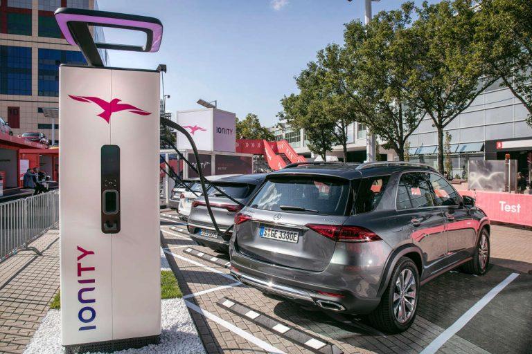 Plug-in Hybrid von Mercedes-Benz beim Laden